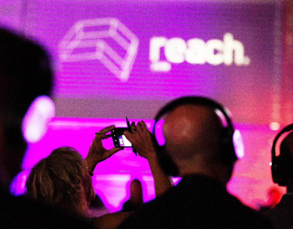 reach-2019-img-sales-crowd-2